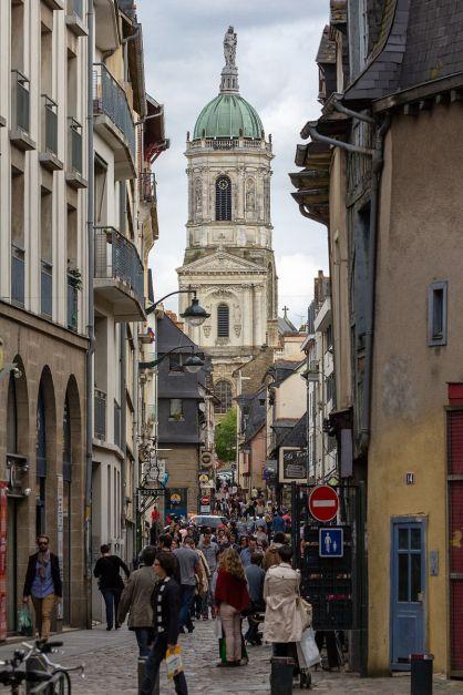 Perspective_sur_l'église_Notre-Dame-en-Saint-Melaine_depuis_le_contour_Saint-Aubin,_Rennes,_France